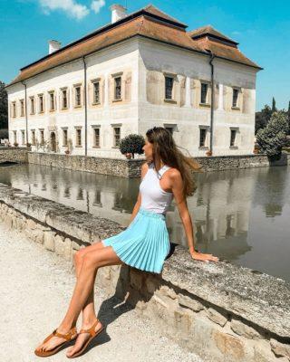 Dnes je perfektní den na to mít super den! ☺️ (Říkejte si každý den...😀)  Užívejte babí léto 💛 . . . #motivace#zamek#kratochvile#cestolidi#czechgirl#czgirl#zamekkratochvile#dnescestujem#vyletypocesku#cestovani#cestujemecz#vyletzafotkou#dnesnosim#minveciviczazitku#fashiongirl#princezna#zamky#vylety#tipnavylet#longlegs#longlegsgirl#happygirl#bloggersre#igerscz#czechblog#czechblogger#praguegirl#brunettegirl#jiznicechy