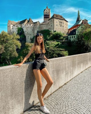 """Jedna z víkendového výletu na """"západ"""" 🇨🇿. Byli jste na hradu Loket? ☺️ Celé městečko obklopené řekou Ohře je kouzelný. Opravdu stojí za to vidět, za mě jeden z nejhezčí hradů u nás. 🏰 . . . #loket#hradloket#vyletypocesku#uzasnamista#cestolidi#cestujemeczsk#cestovani#visitcz#zapadnicechy#karlovarskykraj#czechgirl#czgirl#praguegirl#fashiongirl#czechblog#czechblogger#igerscz#tallwomen#longlegs#vyletzafotkou#objevujemecesko#poznejcesko#minveciviczazitku#hrad#hradyazamky#ikoktejlcz#czechblog#czechbloggers#brunettegirl#tipnavylet"""