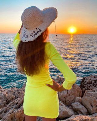 Life is good🌅 Náš život je do jisté míry takový, jaké jsou naše myslenky...  Mějte slunce v duši ☀️  . . . #uzasnamista#motivace#sluncevdusi#cestolidi#minveciviczazitku#tipnavylet#czechgirl#praguegirl#czgirl#happygirl#cestovani#cestujemeczsk#longlegs#fashiongirl#dnesnosim#chorvatsko#primosten#czechblog#czechblogger#visitcroatia#sunset#zapadslunce#sunsetlover#romanticphoto#romanticview#holkyzmarketingu#vyletzafotkou#tallwomen#dnescestujem#brunettegirl