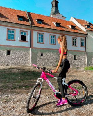 Nedělní Prosecco vyjížďka z Prahy do mých oblíbených Dobřichovic. 🏰🥂 Jaké jsou vaše nejoblíbenější cyklo a in-line stezky (v Praze / středních Čechách, ale i dál)? 🚲😊 . . . #vyletujeme#cyklovylet#babileto#czechgirl#czgirl#sportgirl#bikegirl#bikegirls#girlsonbikes#dobrichovice#praguegirl#cyklostezka#czechfitness#czechfitnessgirl#longlegs#longlegsgirl#tipnavylet#minveciviczazitku#dnescestujem#cestujemeczsk#bloggersre#fashiongirl#pumawomen#crussis#ebike#elektrokolo#vyletzafotkou#cestolidi