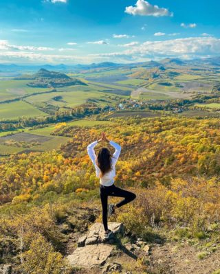 Krajina jak malovaná 😍 Zřícenina hradu Košťálov aneb moje nový oblíbený místo s 360° výhledem na České středohoří.🏞  Za mě jeden z nejkrásnějších výhledů u nás, o kterém jsem neměla ani tušení.💚 Pokud nevíte, kam na výlet, tak moc doporučuju. ☺️ I já budu ráda za tipy, kam jezdíte za výhledem nejraději vy? . . . #uzasnamista#cestolidi#kostalov#hrad#cestujemeczsk#tipnavylet#cestovani#visitcz#visitczechrepublic#czechgirl#czgirl#ceskestredohori#stredohori#vyletzafotkou#vyletypocesku#dnescestujem#bloggersre#vyhled#vyhlidka#naturelover#podzim#happygirl#ceskakrajina#priroda#praguegirl#fotimecesko#fotimeprirodu
