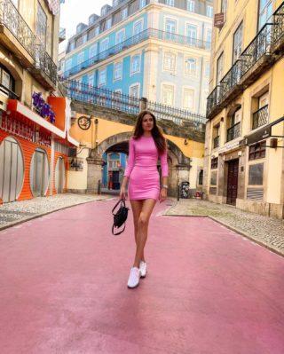 Kdekdo se tu usmívá, to teď zvykem nebývá. A ikdyž to není na camping, stejně je to prima, že jsem pink! 💕😁 Tydydudu...  . . . #lisabon#pinkgirl#pinwinestreet#czechgirl#cestovani#cestolidi#cestujemeczsk#tipnavylet#portugalsko#dnescestujem#longlegs#fashiongirl#longlegsgirl#tallwomen#tallgirls#pinkdress#happygirl#czgirl#praguegirl#brunettegirl#pinkgirls#longhair#visitlisboa#lisboa#lisboacity#visitportugal