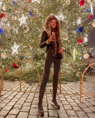 Život je jak hlavolam, na který jsme krátký. Žijeme pro pocity, hledáme identity, měníme priority. 🙃 . . . #vanoce#vanoce2020#czechgirl#czgirl#prague#praguegirl#happygirl#brunettegirl#brunette#czechblog#czechblogger#bloggersre#longhair#dnesnosim#fashiongirl#praha#oldtown#longlegs#longlegsgirl#tallgirl#tallgirls#christmastime#christmasmood