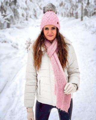 Ledové kráL🤍VEství ❄️ Úplně jsem zapomněla, jak úžasný je pohled na zasněženou krajinu a jak krásný je procházet se po zasněžených hřebenech.  Klínovec doporučuju pro pěší výlet zasněženou krajinou i pro příznivce běžek. 😊🤍  Kam teď v zimě vyrážíte vy? ❄️  . . . #zima#vylet#zima2021#klinovec#cestolidi#tipnavylet#snih#ledovekralovstvi#ceskehory#krusnehory#milujemehory#zasnezenakrajina#czechgirl#czgirl#praguegirl#czechblog#czechblogger#vyletzafotkou#dnescestujem#dedamraz#happygirl#brunettegirl#klinovec#winterphoto#winterphotography