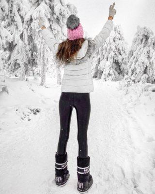 Ledy tají a já úplně cítím, jak se mi s každým sluníčkovým dnem vrací energie do žil. ☀️ Good things are coming! 💪🏼  Kdo je také tým jaro/léto? 💛 . . . #vylet#klinovec#cestolidi#tipnavylet#snih#ledovekralovstvi#ceskehory#krusnehory#czechgirl#cestovani#minveciviczazizku#holkyzmarketingu#fashiongirl#czgirl#praguegirl#czechblog#czechblogger#vyletzafotkou#dnescestujem#happygirl#brunettegirl#winterphoto#winterphotography#tallgirl#tallwomen#longlegs#longlegsgirl