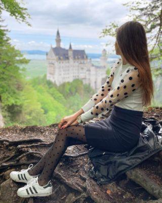 Splněný sen 😍 zámek, kterým se inspiroval Walt Disney 🏰  Pamatuju si, jak jsme se ségrou jako malé holčičky skládaly obrovské 2000ks puzzle zámku Neuschwanstein. Byla jsem jím úplně okouzlená a řekla jsem si, že až budu velká, musím se tam podívat! 🏰  Skrytá a nejhezčí vyhlídka na zámek, myslela jsem si, že ji nenajdeme, ale jsme detektivové.😀🕵🏽♀️ . . . #neuschwanstein#neuschwansteincastle#antennebayern#bayern#visirbayern#germany#visitgermany#disneycastle#cestujemeczsk#cestolidi#uzasnamista#cestovani#minveciviczazitku#tipnavylet#czechgirl#longlegs#tallgirl#tallgirls#princezna#happygirl#praguegirl#czechtravelgirl#czechtraveler#schloss#viewpoint#vyhlidka#bavorsko