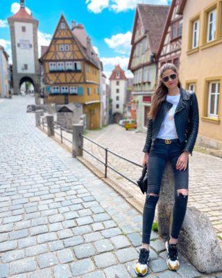 Co vidět v Bavorsku? 🇩🇪 Konečně, článek z našeho roadtripu je online! ☺️ Najdete v těm tipy na kouzelná města a místa v Bavorsku.  Chápu, že prodloužený výlet do Německa možná nezní tak sexy 😀 ale stálo to za to. Bavorsko je nádherné a turisticky hoooodně podněcované!  Tak šup na blog, odkaz máte v profilu nebo mrkněte přímo na Dianaella.com 🤍  Schválně - byli jste v Bavorsku? . . . #bayern#visitbayern#bavorsko#rothenburg#rothenburgobdertauber#germany#visitgermany#cestolidi#cestovani#cestujeme#cestolidi#czechgirl#blackleather#dnescestujem#cestujemeczsk#longlegs#tallwomen#longlegsgirl#czechtravelgirl#blackleatherpants#travelgirl#praguegirl#dnesnosim#vyletzafotkou#minveciviczazitku#fashiongirl#czechblog#czechblogger#antennebayern