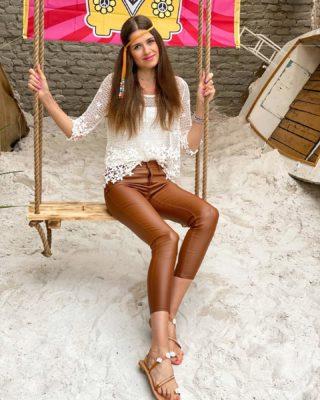 Hippies party ✌🏼🎉 Jsme jen my taková bláznivá rodina, která pořádá tematické oslavy, nebo v tom jedete taky? 😀  Tohle mě nepřestane bavit a rozhodně v téhle tradici budu pokračovat! 😀 . . . #czechgirl#hippies#hippiestyle#hippiegirl#czgirl#partytime#praguegirl#brunettegirl#happygirl#mestomore#praha#praguelife#visitprague#longlegs#tallgirl#tallwomen#brunettehair#czechblog#czechblogger#dnesnosim#fashiongirl