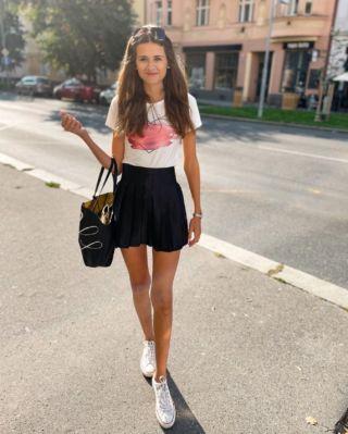 Dobré ráno Praho ☀️ na co se dnes nejvíc těšíte? ☺️🤍 . . . #praguegirl#czechgirl#praha#fashiongirl#vrsovice#summertime#babileto#czechblog#happygirl#czechblogger#tallgirl#tallgirls#longlegsgirl#longlegs#dnesnosim#zari#tallwomen#tallwomensclothing#longlegsfordays#converse#visitprato#brunettegirl#blackskirt