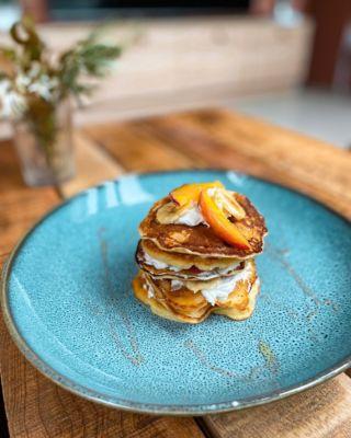 Jogurtové lívance, tvaroh, banán, broskev a med 🥞 Jak je máte nejraději vy? 😊 . . . #livance#dnesjem#pancakes#zdravejidlo#dnessnidam#snidane#snidanejezaklad#snidanesampionu#foodie#zdraverecepty#breakfasttime#breakfastlover#dnesjin#dnesjemzdravo#recepty#tipnasnidani #fitrecepty